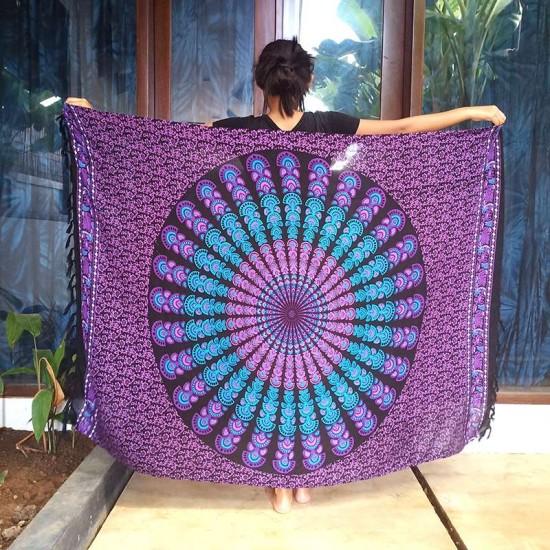 Snygg sarong med rund mandala i färgvalen lila och turkos