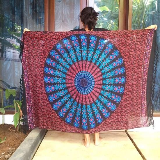 Snygg sarong med rund mandala i färgvalen röd och blå