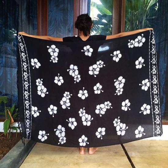 Sarong med Hibiskus-tryck i svart och vit färg för stranden och poolen