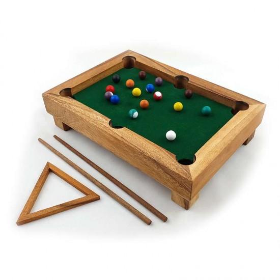 Litet handgjort biljardbord i trä för spel och dekoration