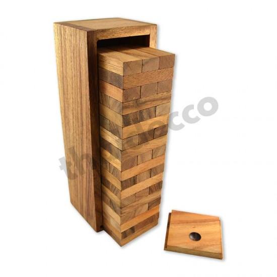 Jenga träspel med träklossar som man bygger ett torn av