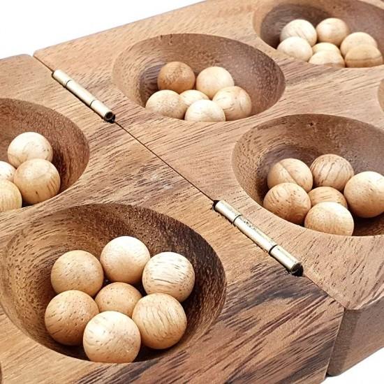 Kalaha träspel som är ett handgjort sällskapsspel inklusive 75 st. spelkulor