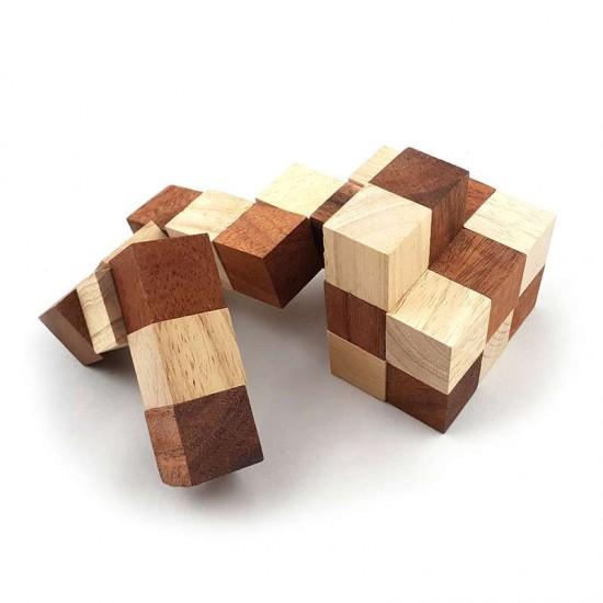 Ormkub i trä är ett klurigt träspel för hela familjen